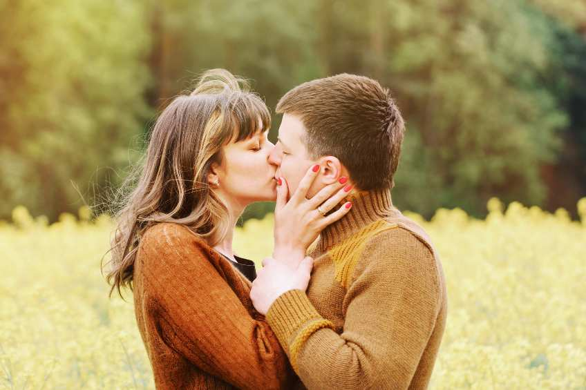 couple kissing in the countryside